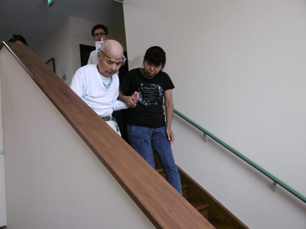 階段での避難誘導